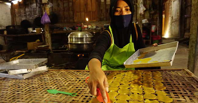 Surviving the Pandemic: Online Marketing Strategies and a Digital 'Warung' for Women Micro-Entrepreneurs